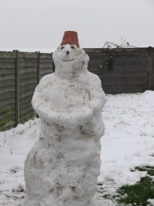 Mój własnoręcznie ulepiony medytujący bałwan, a spod śniegu wyłania się trawa:)